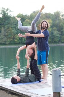Acrobatic Yoga Star Pose mit Spotter in 79713 Bad Säckingen