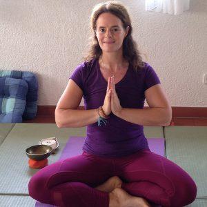 Yoga Übungsleiterin Annette Kunkel begrüsst Sie mit einem Namaste