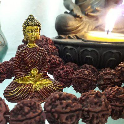 Bhudda Statue mit Kerze und Mala Kette von Annette Kunkel