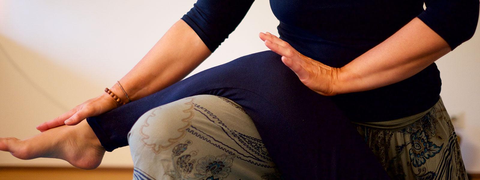 Handballendruck auf Kniebereich mit sanftem Ausrichten - Thai Yoga Massage in Bad Säckingen mit Annette Kunkel.