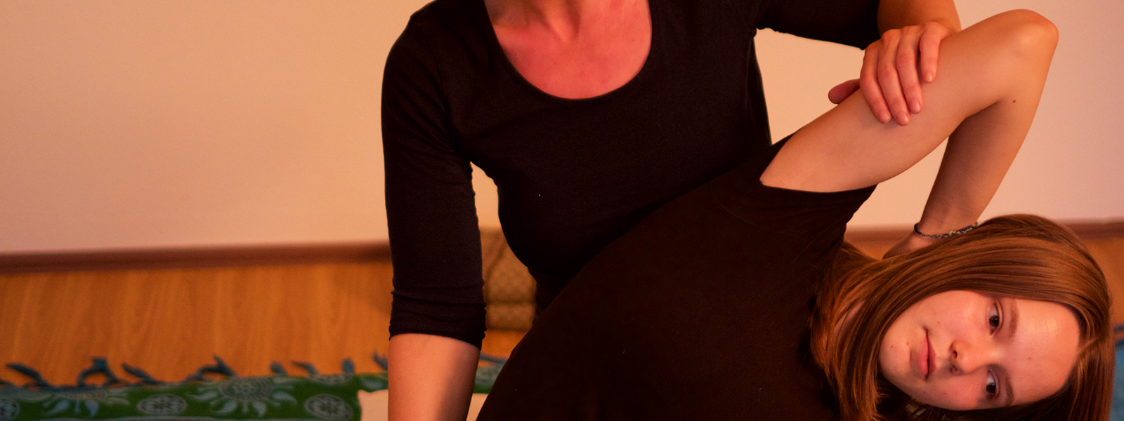 Handballendruck auf Oberarme - Thai Yoga Massage in Bad Säckingen mit Annette Kunkel.