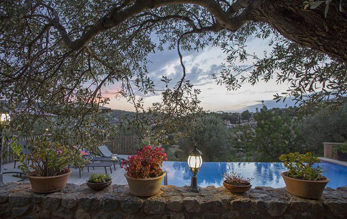 Mallorca Yoga Ferien mit Annette Kunkel und Dorthe Lolck - herrliche Ausicht mit Pool