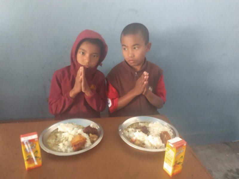 Sie sehen zwei Schulkinder des Klosters.