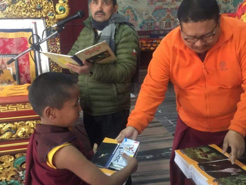 Der Schulrektor am Mikrofon - der Lama bei der Übergabe der Schulhefte und Stifte.