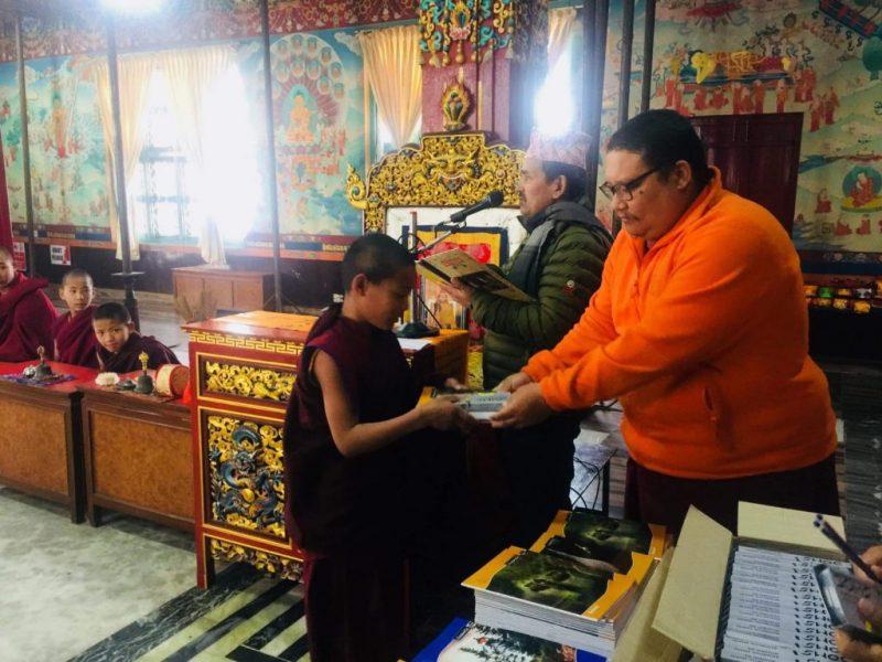 Der Lama des Klosters bei der Übergabe des Schulmaterials - im Hintergrund der Rektor der Klosterschule